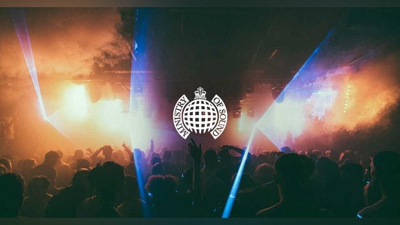 El logotipo de la discoteca Ministry of Sound sobre un fondo de gente bailando en dicha discoteca